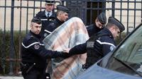 Des gendarmes escortent le 18 Janvier 2013 à Amiens un homme mis en examen dans le cadre de l'enquête sur le meurtre d'Elodie Kulik [Philippe Huguen / AFP/Archives]