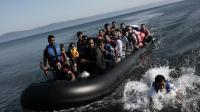 Des migrants arrivent sur l'île grecque de Lesbos après une traversée depuis la Turquie à bord d'un bateau gonflable, le 4 septembre 2015 [ANGELOS TZORTZINIS / AFP/Archives]
