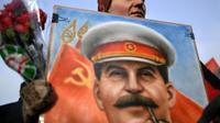 Une militante communiste participe à une cérémonie pour le 65 anniversaire de la mort de Staline à Moscou, le 5 mars 2018 [Kirill KUDRYAVTSEV / AFP]