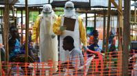 Des médecins de MSF dans une unité de soins pour les malades de Ebola à Kailahun, le 15 aout 2014 en Sierra Leone [CARL DE SOUZA / AFP/Archives]
