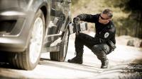 Un soldat scanne une voiture avec le Mini Z
