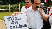 """Le secrétaire général de la CGT Philippe Martinez, ici le 10 juin 2016 à Villiers-le-Bel près de Paris, donne des consignes aux grèvistes pour que """"tous les supporteurs"""" puissent accéder au stade [PIERRE CONSTANT / AFP]"""