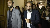 L'opposant Nikol Pachinian arrive au Parlement arménien pour y rencontrer des députés le 30 avril 2018 [KAREN MINASYAN / AFP]
