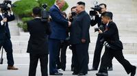 Le dirigeant nord-coréen Kim Jong Un et le président américain Donald Trump se serrent la main dans la zone démilitarisée, en Corée du Nord, à Panmunjom, le 30 juin 2019  [Brendan Smialowski / AFP]