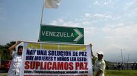 Manifestants réclamant une solution pacifique de la crise au Venezuela, près du pont de Tienditas qui relie Tachira (Venezuela) et Cucuta (Colombie) bloqué par des militaires, le 6 février 2019 [Raul Arboleda / AFP]