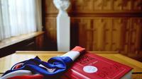 Un Code civil et une écharpe de maire [Philippe Huguen / AFP/Archives]