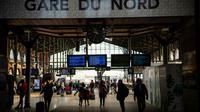 Des voyageurs à la Gare du Nord, le 24 avril 2018 à Paris lors d'un mouvement de grève des cheminots [Christophe SIMON / AFP/Archives]