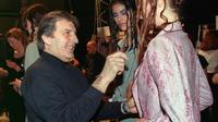 Le couturier français d'origine italienne Emanuel Ungaro fait les dernières vérifications avant de présenter sa collection printemps/été le 18 janvier 1999 à Paris  [Frederick FLORIN / AFP/Archives]