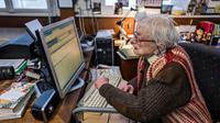 Helga Weyhe propriétaire de la librairie la plus ancienne d'Allemagne devant son ordinateur dans sa boutique à Salzewedel, le 10 janvier  2018 [John MACDOUGALL / AFP]