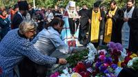 Des personnes réunies lors d'un service religieux après une tuerie à Kerch, le 18 octobre 2018 en Crimée [Andrey PETRENKO / AFP]