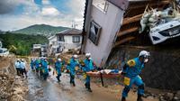La police japonaise à la recherche de survivants des inondations, à Kumano (préfécture d'Hiroshima), le 9 juillet 2018  [Martin BUREAU / AFP]