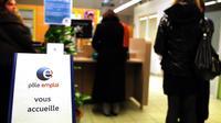 File d'attente dans une agence de Pôle emploi le 27 décembre 2011 à Reims [Francois Nascimbeni / AFP/Archives]