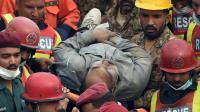 Un homme extrait des décombres par les sauveteurs le 5 novembre 2015 après l'effondrement d'une usine à Lahore [Arif Ali / AFP]