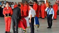 Le ministre de l'Intérieur Christophe Castaner remet la Légion d'honneur à Franck Cheneau, le 6 août 2019, à Nîmes. [Pascal GUYOT / AFP]