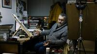 Le caricaturiste bulgare Hristo Komarnitski dans son bureau à Sofia, le 6 décembre 2017 [Dimitar DILKOFF / AFP]