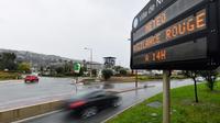 Panneau signalant la vigilance rouge météo à Nice, le 1er décembre 2019 [Yann COATSALIOU / AFP]