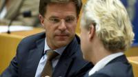 Le Premier ministre néerlandais et candidat aux législatives Mark Rutte (G) parle avec son rival d'aujourd'hui l'anti-islam Geert Wilders, le 7 septembre 2010 à La Haye au Parlement [VALERIE KUYPERS / ANP/AFP/Archives]