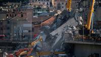 Les secours continuent de fouiller les décombres du viaduc effondré à Gênes, le 17 août 2018 [MARCO BERTORELLO / AFP]