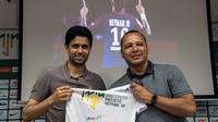 Le boss du PSG Nasser Al-Khelaïfi avec Neymar Senior, lors de la visite de l'Institut de la star parisienne, le 13 mars 2018 à Praia Grande  [NELSON ALMEIDA / AFP]