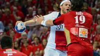 Le handballeur danois du PSG Mikkel Hansen (au centre) face au joueur du MKB Veszprem Laszlo Nagy (à droite) dans le quart de finale retour de Ligue des Champions entre Veszprem et le PSG le 26 avril 2014 à Veszprem, Hongrie [Attila Kisbenedek / AFP]