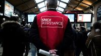 Un employé de la SNCF à la disposition des usagers gare Saint-Lazare à Paris, le 29 avril 2018 [Philippe LOPEZ / AFP/Archives]
