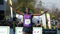 Le Kenyan Cybrian Kotut franchit la ligne d'arrivée du 40e marathon de Paris, le 3 avril 2016 [THOMAS SAMSON / AFP]