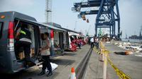Des ambulances positionnées sur un quai du port de Jakarta pour emporter les corps des victimes du vol Lion Air récupérés par les secouristes [BAY ISMOYO / AFP]