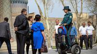 Fatima Rakhmatova, membre de la nouvelle «Police des touristes», se déplace en Segway et renseigne des visiteurs, le 28 mars 2018 à Samarcande, en Ouzbékistan [STR / AFP]