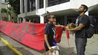 Des étudiants déroulent une banderole devant l'université de Porto Rico, à Porto Rico le 23 mai 2017 [ELODIE CUZIN / AFP/Archives]