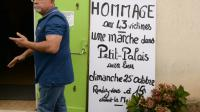 Un homme passe devant la salle des fêtes où une marche est annoncée, le 24 octobre 2015 à Petit-Palais-et-Cornemps  [JEAN-PIERRE MULLER / AFP]