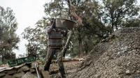 L'un des nombreux mineurs illégaux, travaille le 2 octobre 2015 à la mine de Grootvlei à Springs [JOHN WESSELS / AFP]
