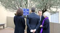 Emmanuel Macron parle avec la veuve de Claude Erignac, Dominique Erignac (à droite), lors de l'hommage au préfet assassiné le 6 février 2018 à Ajaccio [ludovic MARIN / POOL/AFP]
