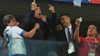 La star du football Diego Maradona réagit à sa manière au but de l'Argentine contre le Nigeria, lors de la Coupe du monde en Russie, le 26 juin 2018 à Saint-Pétersbourg [OLGA MALTSEVA / AFP]