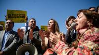 """Des sympathisants de quatre universitaires turcs jugés pour """"propagande terroriste"""" manifestent devant le tribunal d'Istanbul, le 22 avril 2016 [OZAN KOSE / AFP]"""