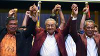 L'ancien Premier ministre malaisien et leader de l'opposition, Mahathir Mohamad, célèbre sa victoire. Le 10 mai 2018 à Kuala Lumpur. [Manan VATSYAYANA / AFP]