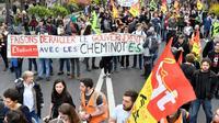 Etudiants, cheminots, personnels de santé et postiers manifestent dans le 13 arrondissement de Paris, le 13 avril 2018 [GERARD JULIEN / AFP]