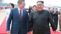 Moon Jae-in et Kim Jong Un à l'aéroport de Pyongyang en Corée du Nord, le 18 septembre 2018 [KCNA VIA KNS / KCNA VIA KNS/AFP/Archives]