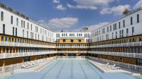 Le bassin extérieur de la piscine Molitor à Paris