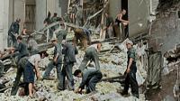 Des femmes et des hommes fouillent les décombres d'un immeuble bombardé pendant la seconde Guerre Mondiale