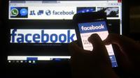 """Les données personnelles de """"jusqu'à 2,7 millions"""" d'utilisateurs européens de Facebook ont pu être transmises de """"manière inappropriée"""" à la firme britannique Cambridge Analytica [NORBERTO DUARTE                  / AFP/Archives]"""