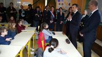 Emmanul Macron (au centre) et le ministre de l'Education nationale Jean-Michel Blanquer (droite) discutent le 15 mars 2018 avec des enfants d'une école prise de Rilly-sur-Vienne dans l'Indre [GUILLAUME SOUVANT / POOL/AFP]