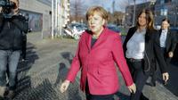 Angela Merkel arrive à des pourparlers sur la formation d'un gouvernement de coalition le 17 novembre 2017 à Berlin [Kay Nietfeld / dpa/AFP]