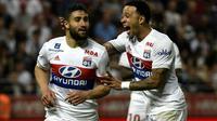 Le milieu de terrain de Lyon Nabil Fekir (g) félicité par Memphis Depay après son but à Dijon le 20 avril 2018 [PHILIPPE DESMAZES / AFP]
