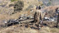 Des soldats pakistanais à côté des débris d'un supposé avion indien, qui aurait été abattu dans la partie du Cachemire appartenant au Pakistan, ce mercredi 27 février.