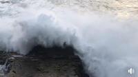 Un promeneur a été surpris par une vague gigantesque à Santa Cruz, en Californie.