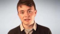 Une image de Jack Renshaw tirée d'une vidéo du parti national britannique. Renshaw, un pédophile néonazi, a comploté d'assassiner une députée britannique.