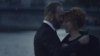 """Sting et Mylène Farmer : un duo sexy qui se met en scène en amants parisiens dans le clip """"Stolen Car""""."""