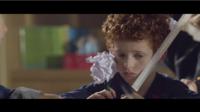 Le clip montre un élève roux victime de ses camarades.
