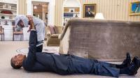 Barack Obama en grande conversation avec la fille d'un de ses conseillers.