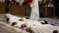 Des religieux se prosternent pour demander pardon aux enfants victimes d'abus sexuels